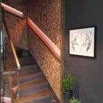 Mosaikk fliser av kokosnøtt på vegg i trapperom