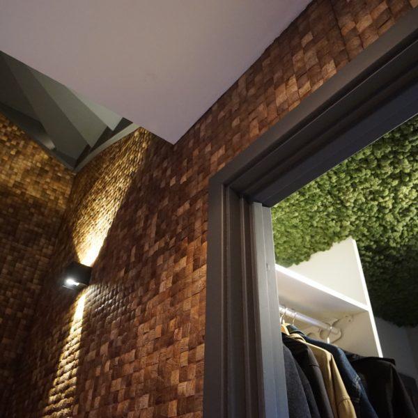 Kokosnøtt fliser på vegg i trapp og mose i taket