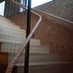Trendy kork vegg i trapperom gjør det lunt og fint