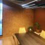 Dekorative kork fliser som kontrasvegg på kontoret til Made by Wood