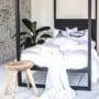Elegante kokosnøtt fliser som dekorvegg på soverom i fargen hvit rustikk