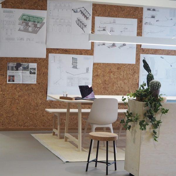 Trendy kork vegg som en praktisk oppslagstavle på kontoret