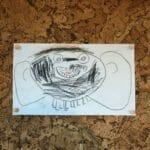 Kork vegg som praktisk tavle til å henge opp barnas tegninger på