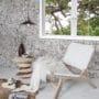 Lekre fliser i kokosnøtt som kontrastvegg i stuen.