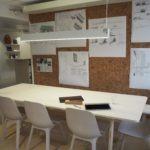 Vegg til møterom i kork brukt som oppslagstavle i kontorlandskap