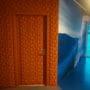 fargerike korkfliser montert på dør