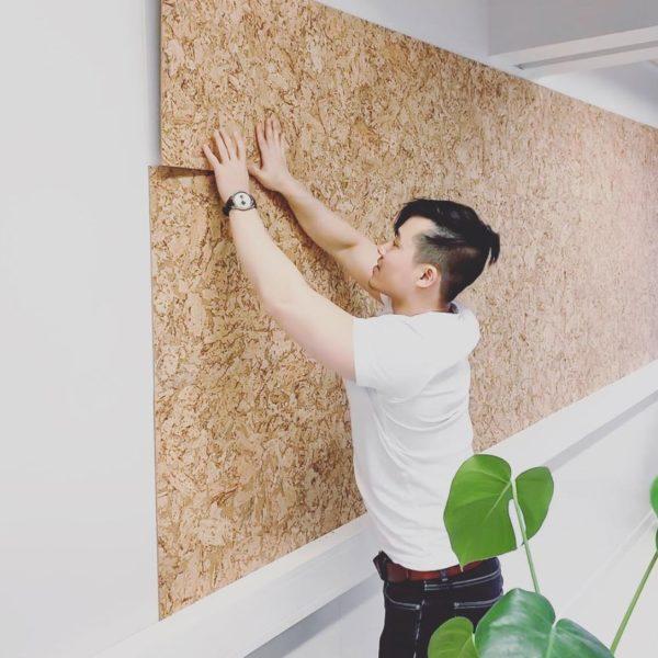 store kork fliser som praktisk oppslagstavle på kontor