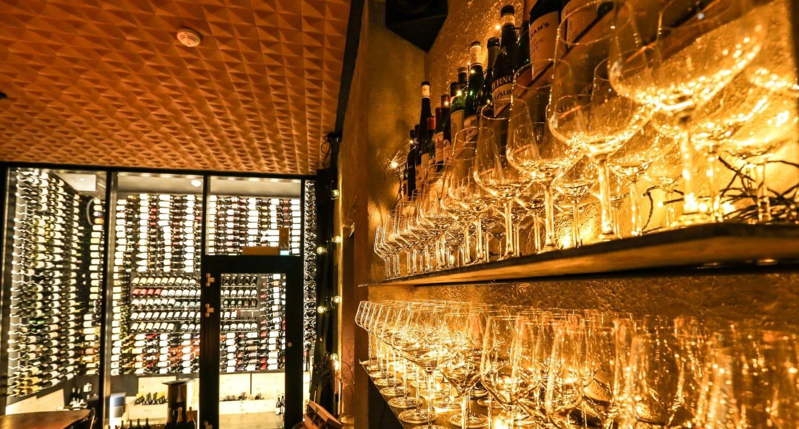 Lekre kork fliser i himling hos Vino bar