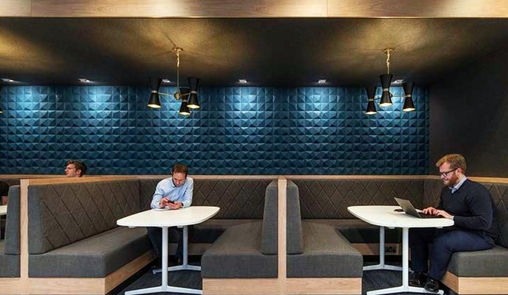 akustikk fliser på vegg i nisje på restaurant