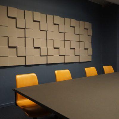 Støydempende panel på møterom