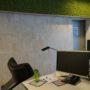 Store kork fliser kombinert med mose på kontoret til Storebrand