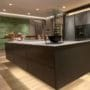 Lekkert kjøkken med flotte 3D akustikk panel