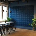 Fargerike vegger i kork på kontoret til Documaster i Oslo