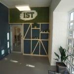 Mose logo i inngangen til IST
