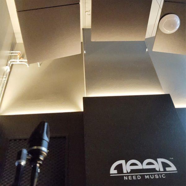 akustikk panel i himling hos Need Music