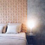 Dekorativ kork vegg i modellen Peak på soverommet