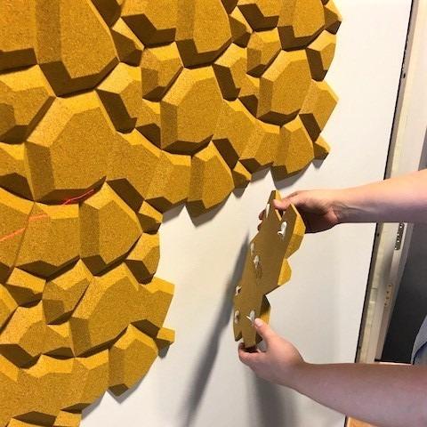 3D kork fliser monteres på møterom