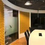 3d kork fliser på vegg på kontor