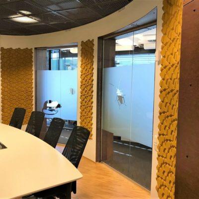 Fargerik veggdekor i kork på møterom i Oslo