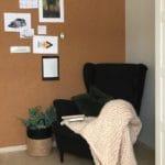 Lunt og innbydende lesekrok med vegg av kork rull