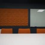 Kork flisene på møterommet hos Aztek tar opp fargene i bedriftens logo