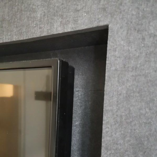 Detaljbilde av innebygd lydabsorbent på kontor