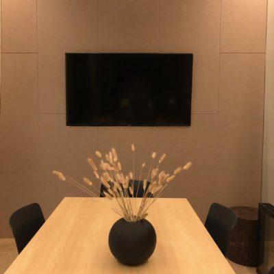 tek:STILLE som lyddemping til vegg og himling i en delikat farge på møterommet til Hub WALL-IT