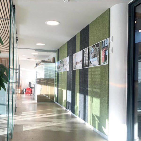 tekstille veggen gir en fin balanse mellom kontroll av etterklang og lydabsorpsjon på kontoret