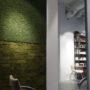 Frisørsalong med stilig mose vegg og kork vegg i grønn