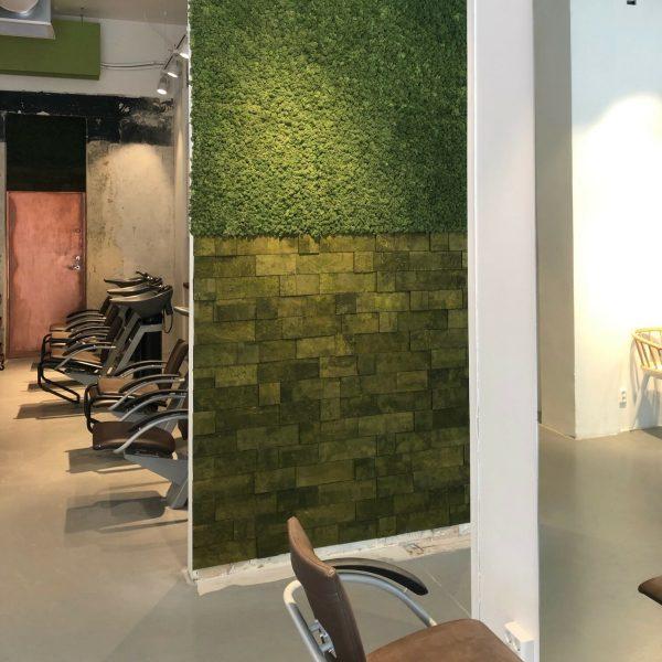 Flott mose vegg og kork vegg hos frisøren Adam og Eva i Bergen