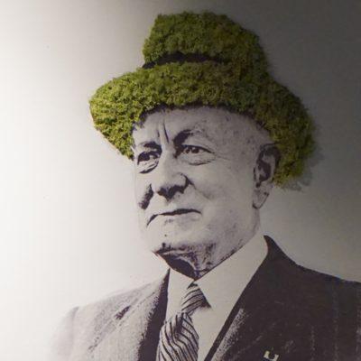 Mose hatt på bilde på Rosenholm Campus