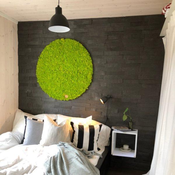 Dekorativ grønn mosesirkel på soverommet til Kjartan og Knut på Sommerhytta 2019