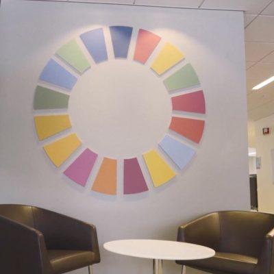 Kontoret til Storebrand med lydpanel i designet FNæs bærekraftsmål