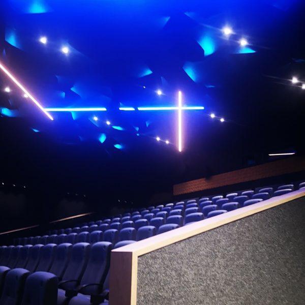Akustikk vegger i himling og på vegger på Geilo Kino