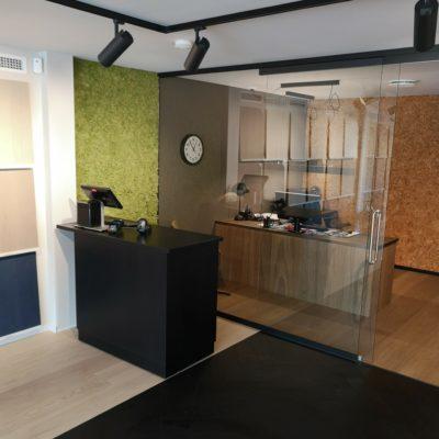 Mose vegg og kork vegg på kontor i Ålesund