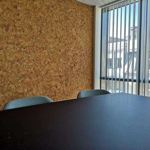 Møterom hos Aptum i Kristiansand med kork fliser på veggen