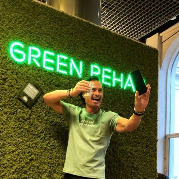Petter Stordalen på Comfort Grand Central foran grønn mose vegg fra WALL-IT