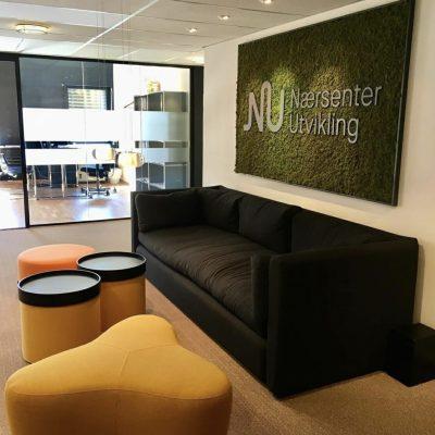 Mose logo på kontoret til Nærsenter utvikling