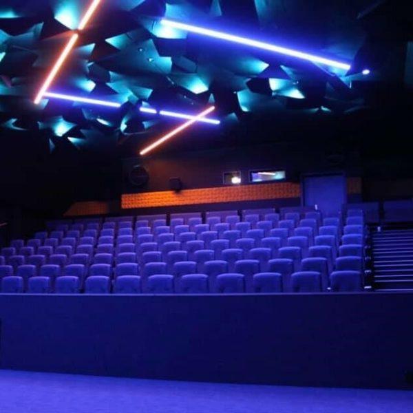 Geilo kino med akustikkpanel formet som oregami figurer