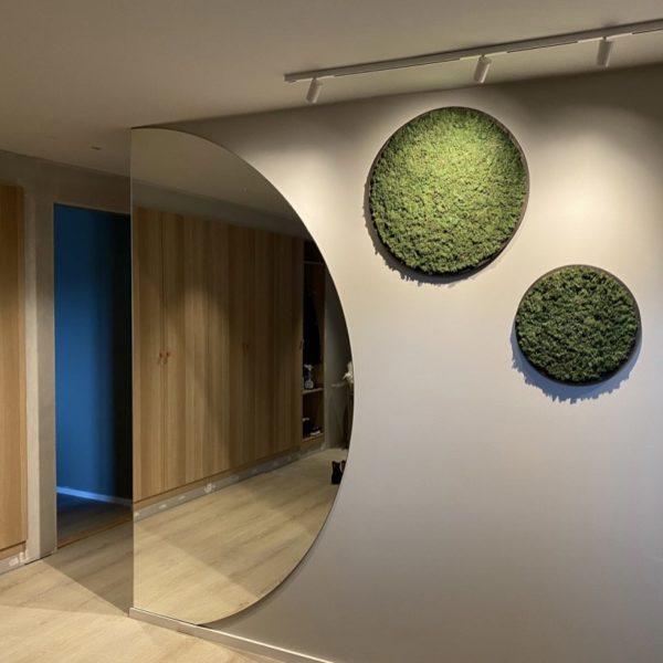 Lekre grønne mosesirkler i fargen granbar som veggdekor i nytt funkishus
