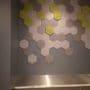 Hexagon fliser på vegg i kontorbygg