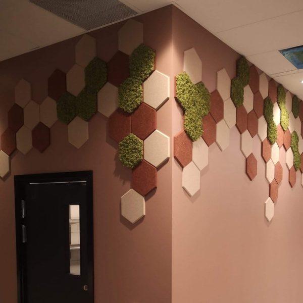 hexagon fliser i tekstil og mose på Parallell Oslo