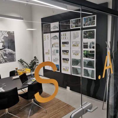Lyddempende oppslagstavle i resirulert materiale på arkitekt kontor