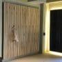 Praktisk og elegant spile vegg med knagger
